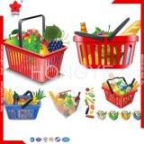 La main simple portent le panier en plastique de supermarché pour le système