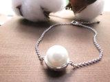 女性のための銀製カラーでめっきされるプラチナが付いている白い真珠の銅質のブレスレット