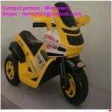 Conduzir o passeio elegante das crianças na bicicleta elétrica das rodas de carro