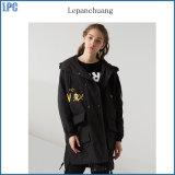 Dames de mode pour la longue jupe noire de Windbreaker avec le revers classique