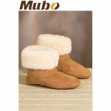 柔らかい羊皮のホームは女性のスリッパの靴のブートに蹄鉄を打つ