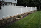 Cerca blanca clásica del patio trasero del vinilo