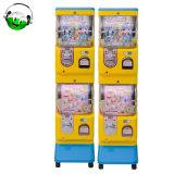 2人の層のおもちゃのカプセルの自動販売機の子供の自動販売機
