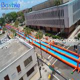 プールが付いている長く巨大で膨脹可能な水スライド