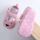 Pequeño modelo del gato de los zapatos suaves de los bebés