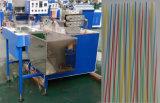 Gewundenes Plastikstroh, das Maschine herstellt