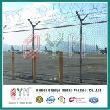 空港溶接された網の塀かみそりの有刺鉄線の上の塀