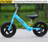 Gosses exécutant le vélo léger d'équilibre de bicyclette d'enfants de vélo avec le pneu d'EVA