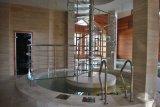 Scala di legno dell'interno con l'inferriata di vetro libera Tempered