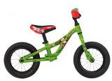 أطفال ميزان يقبل درّاجة خشبيّة [أم] خدمة