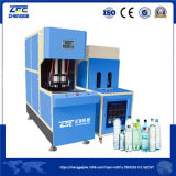 Mineralwasser-Flasche, die Maschine in der Maschinerie herstellt