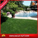 정원사 노릇을 하기를 위한 인공적인 잔디밭 잔디 그리고 합성 뗏장을 정원사 노릇을 하기