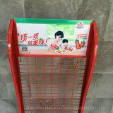 Collegare metallico che appende sulla cremagliera di visualizzazione della salsa di pomodori della parete con il supermercato