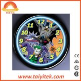 Reloj de pared de neón encendido estilo loco colorido del Batman del vuelo