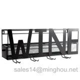 Черный шкаф вина металла держателя стены с вином или домашним словом