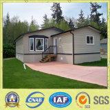 시골에 있는 현대 작풍 조립식 집