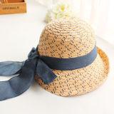 方法夏のわらの帽子のバケツの帽子の女性