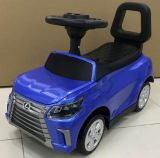 O pé do bebê ao passeio do assoalho no carro caçoa o brinquedo