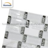 白いストリップのガラス石造りの台所Backsplashはガラスモザイク・タイルを設計した