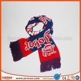 O lenço do inverno dos ventiladores fêz malha com logotipo do futebol