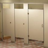 La douche commerciale imperméable à l'eau divise le compartiment pour l'école