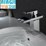 Nuevo grifo del lavabo de la cascada del diseño con el LED