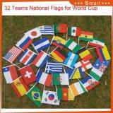 ポーランド人が付いているワールドカップのフラグ32ヶ国手の振るフラグ