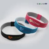 Wristband poco costoso del silicone di promozione F12203 con colore di Debossed riempito