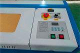 木製のプラスチックアクリルMDFの合板の革彫版のための安く小さい机のタイプ3020 40-50W二酸化炭素レーザーの彫版機械