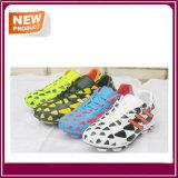 人のスポーツの屋外のサッカーのクリートのフットボールの靴