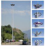 Plaza, muelle, carretera, alto mástil del aeropuerto que enciende la alta torre del mástil