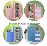 Guardarropa de los niños simples con las puertas abiertas dobles
