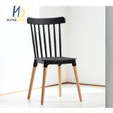 Nuevo diseño del asiento trasero de plástico de las patas de madera Silla de Comedor para Restaurante