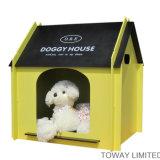Casa de cão real do projeto com as bases de madeira do animal de estimação do descanso