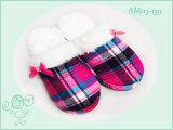 Dos meninos mornos das meninas dos miúdos do inverno deslizadores agradáveis bonitos