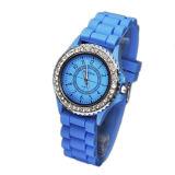 Пластиковый корпус и Band Японии движение водонепроницаемый различных цветов Элегантные наручные часы