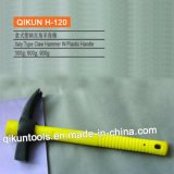 La mano del hardware della costruzione H-117 lavora il martello da carpentiere di tipo americano con la maniglia di legno stampata tramite laser