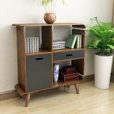 Gabinete de armazenamento de madeira antigo no escritório doméstico