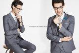 Ternos ocasionais cinzentos na moda elegantes para homens