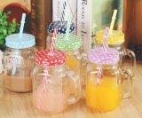 Het drinken van Kruik van de Metselaar van het Glas van de Fles de Duidelijke met Handvat