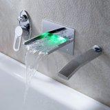 Singolo colpetto fissato al muro d'ottone dell'acquazzone del bagno della maniglia con gli indicatori luminosi del LED