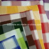 El hilado rojo de la tapicería controla el telar jacquar Minimatt para saber si hay paño de vector