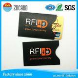 El rol titular de la tarjeta de identificación de plástico con RFID bloqueando