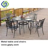 Пивной сад в таблице и на пляже садовой мебелью в стиле барокко.