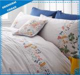 Solido grigio con l'insieme del lenzuolo del cotone del ricamo dei fiori