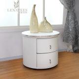 Круглый форменный прикроватный столик белой кожи T25