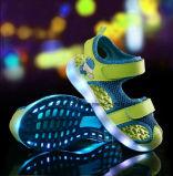 Chaussures tarifées de type d'éclairage LED occasionnel neuf d'enfants