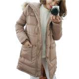 De las señoras del invierno de la capa chaqueta al aire libre abajo con el collar de la piel