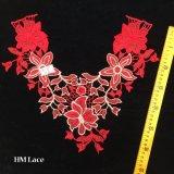 métier de couture Hme960 d'Applique de lacet de 38*32cm de fleurs de collier de polyester blanc avec du charme rouge de garniture