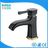 Mezclador negro del lavabo del grifo del cuadrado del color para el cuarto de baño
